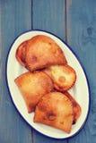 Mięśni ciastka w białym naczyniu Zdjęcie Royalty Free