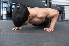 Mięśnia mężczyzna podnosi w gym robić pcha bodybuilder męski pracujący out ja Fotografia Royalty Free