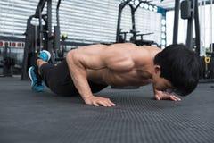 Mięśnia mężczyzna podnosi w gym robić pcha bodybuilder męski pracujący out ja Obraz Stock
