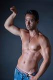 Mięśnia mężczyzna pozuje na czarnym tle Obraz Royalty Free