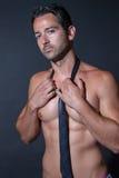 Mięśnia mężczyzna pozuje na czarnym tle Fotografia Stock