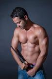 Mięśnia mężczyzna pozuje na czarnym tle Obrazy Royalty Free