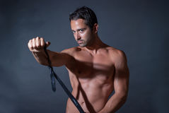 Mięśnia mężczyzna pozuje na czarnym tle Obraz Stock