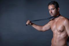 Mięśnia mężczyzna pozuje na czarnym tle Zdjęcia Stock
