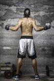 Mięśniowa boksera mężczyzna pozycja na ścianie Obrazy Royalty Free