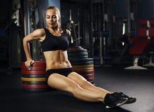 Mięśniowa dysponowana kobieta ćwiczy budynków mięśnie Fotografia Royalty Free