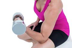 Mięśniowa kobieta ćwiczy z dumbbells Zdjęcie Royalty Free