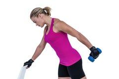 Mięśniowa kobieta ćwiczy z dumbbells Fotografia Stock