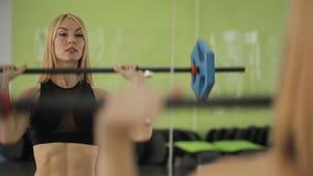 Mięśniowa kobiety atleta używa barbell z zbiory wideo