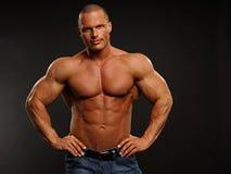 Mięśniowa mężczyzna pozycja Fotografia Stock