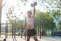 Mięśniowa męska atleta z rękami podnosić robić podnosić ćwiczy dumbbells Zdjęcie Royalty Free