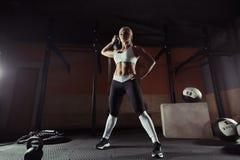 Mięśniowa młoda sprawności fizycznej kobieta podnosi ciężar w gym Obrazy Royalty Free