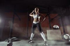 Mięśniowa młoda sprawności fizycznej kobieta podnosi ciężar w gym Obraz Royalty Free