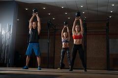 Mięśniowe atlety ćwiczy z czajnika dzwonem Zdjęcia Stock
