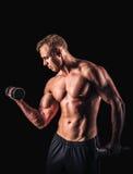 Mięśniowego mężczyzna pracujący out robić ćwiczy z dumbbells przy bicepsami Zdjęcia Stock