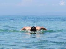 Mięśniowego młodego człowieka pływaccy motyli przełazy zdjęcia stock