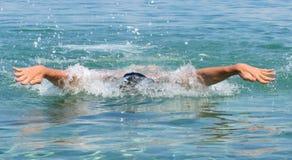 Mięśniowego młodego człowieka pływaccy motyli przełazy zdjęcia royalty free