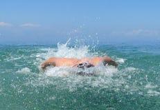 Mięśniowego młodego człowieka pływaccy motyli przełazy obraz stock