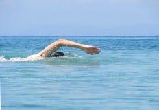 Mięśniowego młodego człowieka pływacki styl wolny obraz stock