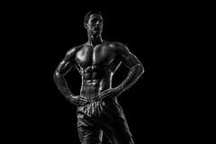 Mięśniowej i dysponowanej młodej bodybuilder sprawności fizycznej samiec wzorcowy pozuje ove Zdjęcia Stock