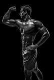 Mięśniowej i dysponowanej młodej bodybuilder sprawności fizycznej samiec wzorcowy pozuje ove Fotografia Royalty Free