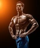 Mięśniowej i dysponowanej młodej bodybuilder sprawności fizycznej samiec wzorcowy pozuje ove Fotografia Stock