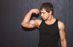 Mięśniowi sporty faceci pozuje w studiu Obraz Stock