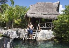 Mięśniowy Amerasian młody człowiek przygotowywający snorkel przy Val Ku laguną Fotografia Royalty Free
