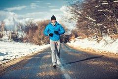 Mięśniowy atleta mężczyzna jogging plenerowy na śniegu, trenuje Obrazy Royalty Free