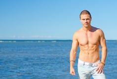 Mięśniowy atrakcyjny man/ Obraz Royalty Free