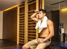 Mięśniowy bez koszuli męski atlety osuszki pot z Zdjęcie Royalty Free