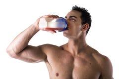 Mięśniowy bez koszuli męski bodybuilder pije proteinowego potrząśnięcie od blender Obraz Royalty Free