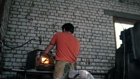 Mięśniowy blacksmith pracuje w kuźni - robić metalu nożowi młotem zbiory wideo