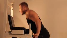 Mięśniowy bodybuilder facet robi ćwiczeniom zdjęcie wideo