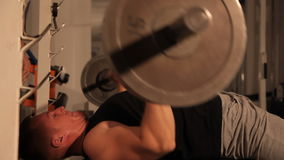 Mięśniowy bodybuilder facet robi ćwiczeniom podnosi baru zdjęcie wideo