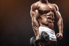 Mięśniowy bodybuilder facet robi ćwiczeniom z dumbbell Zdjęcie Royalty Free