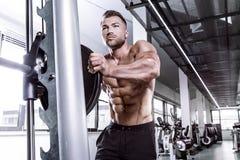 Mięśniowy bodybuilder facet robi ćwiczeniom z dumbbell na multip zdjęcie royalty free