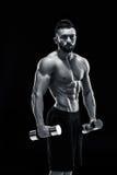 Mięśniowy bodybuilder facet robi pozować fotografia stock