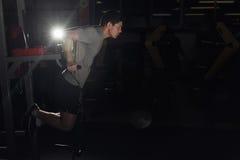 Mięśniowy bodybuilder pracujący w gym robi ćwiczenie równoległych bary out Pojęcie sport kosmos kopii Obraz Royalty Free