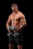 Mięśniowy bodybuilder trzyma dwa ciężaru Obrazy Royalty Free