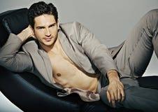 Mięśniowy elegancki mężczyzna z perfect ciałem zdjęcie stock