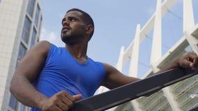 Mięśniowy facet męczył bieg, pocenie i oddychanie, mocno, rozwojów cele zbiory
