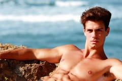 Mięśniowy facet relaksuje w morzu fotografia stock