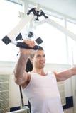 Mięśniowy facet Robi klatki piersiowej prasy ćwiczeniu w Gym obraz royalty free
