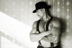 Mięśniowy kowboj w odczuwanym kapeluszu Obrazy Stock