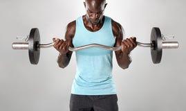 Mięśniowy mężczyzna ćwiczy z ciężarami Obrazy Stock