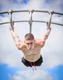 Mięśniowy mężczyzna baru sprawności fizycznej trening Zdjęcia Stock