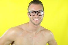 Mięśniowy mężczyzna jest ubranym parę szkła Fotografia Royalty Free