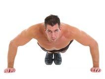 Mięśniowy mężczyzna mięśniowy ćwiczy robienie pcha Zdjęcie Stock