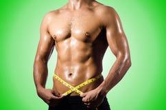 Mięśniowy mężczyzna mierzy jego mięśnie Fotografia Stock